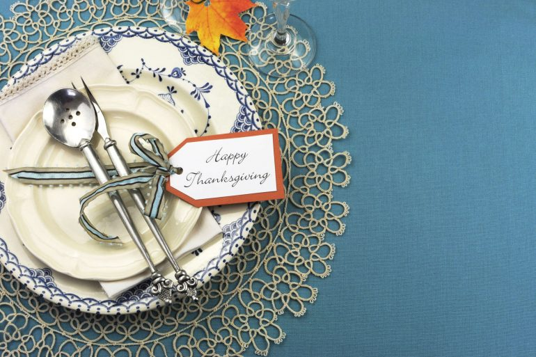 Beautiful vintage Thanksgiving dinner table place setting | MakeItGrateful.com